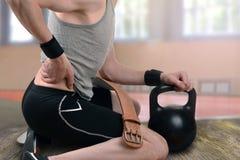 Tillbaka skada under övningen som vikt-lyfter arkivfoton