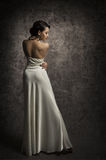 Tillbaka skönhetstående för kvinna, elegant dam Posing i sexig klänning, S Royaltyfri Foto