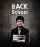 tillbaka skola till Böcker för snilleLittle Boy innehav som bär exponeringsglas Royaltyfri Fotografi