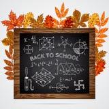 tillbaka skola till Baner med den svart tavlan, bildande inskrifter och höstsidor Arkivfoton
