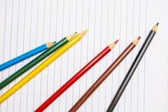 tillbaka skola till Colour blyertspennor brevpapper anteckningsbok Arkivfoto