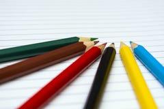 tillbaka skola till Colour blyertspennor brevpapper anteckningsbok Royaltyfria Foton