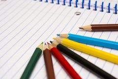 tillbaka skola till Colour blyertspennor brevpapper anteckningsbok Royaltyfri Foto