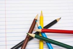 tillbaka skola till Colour blyertspennor brevpapper anteckningsbok Fotografering för Bildbyråer