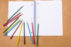tillbaka skola till Colour blyertspennor brevpapper anteckningsbok Arkivbild