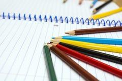 tillbaka skola till Colour blyertspennor brevpapper anteckningsbok Royaltyfri Bild