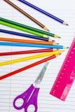 tillbaka skola till Colour blyertspennor brevpapper anteckningsbok Arkivfoton