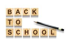 tillbaka skola till En inskrift från alfabetet på kuber Vit bakgrund isolerat arkivfoton