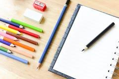 tillbaka skola till Färgrika objekt för kontors- och studiekonstbrevpapper Fotografering för Bildbyråer
