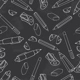tillbaka skola till Grön svart tavlavektor Sömlös modellbakgrund för svart tavla Blyertspenna, penna, vässare och brevpapper Royaltyfri Fotografi