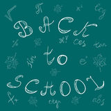 tillbaka skola till Hand drog bokstäver, matematiksymboler och lönnlöv Krita klottrar på den gröna svart tavlan Royaltyfria Foton