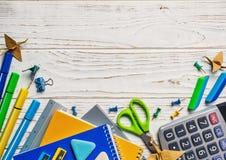 tillbaka skola till Ljus brevpapper på en vit bakgrund Utbildningsconcepte royaltyfri foto