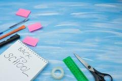 tillbaka skola till Objekt för skolan på en blå träbakgrund royaltyfri bild