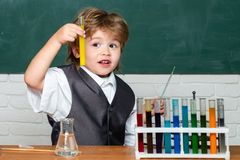 tillbaka skola till preschooler De bar ut ett nytt experiment i kemi Kemikurs Ungen l?r i grupp fotografering för bildbyråer