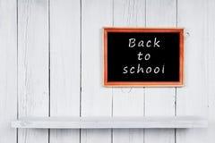 tillbaka skola till Ram och trähylla Arkivfoton