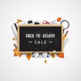 tillbaka skola till Sale baner med svart tavla, glasögon, anteckningsbok, penna, blyertspenna, linjal, höstsidor vektor Arkivbild