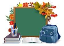 tillbaka skola till Svart tavla ryggsäck, bokar på bakgrundshöstsidor Royaltyfri Foto