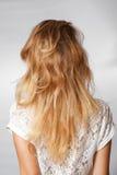 Tillbaka skuldror för blont hår Arkivbilder