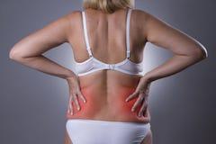 Tillbaka smärta, njureinflammation, knip i kropp för kvinna` s arkivfoton