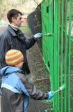 tillbaka stand för staket för pojkefärgfader royaltyfria bilder