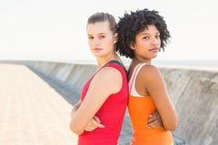 tillbaka standing till två unga kvinnor Arkivfoton