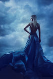 Tillbaka stående för kvinna i aftonklänningen, dam i siden- kappatorkduk Royaltyfri Bild