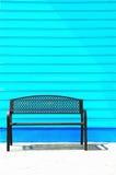 Tillbaka stol på den gröna wood väggen arkivbilder