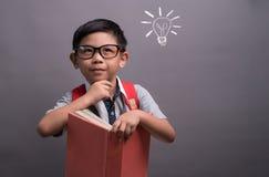 Tillbaka till skola, den lyckliga barnpysen med att l?sa f?r exponeringsglas b?cker, begreppet av utbildning och att l?sa royaltyfri foto