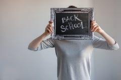 Tillbaka till skola, text på den svart tavlan i en tappningram fotografering för bildbyråer