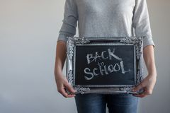 Tillbaka till skola, text p? den svart tavlan i en tappningram arkivfoto