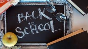 Tillbaka till skola, text p? den svart tavlan i en tappningram arkivbilder