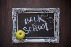 Tillbaka till skola, text p? den svart tavlan i en tappningram royaltyfria bilder