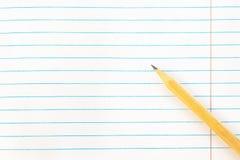 Tillbaka till skolutbildningbegreppet - tomt anmärkningspapper med blyertspennan Närbild modell, kopieringsutrymme arkivfoto