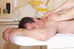 tillbaka tyckande om manmassage Arkivfoto