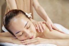 tillbaka tyckande om massagekvinna arkivbild