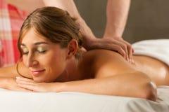 tillbaka tyckande om massagewellnesskvinna Royaltyfri Bild