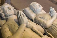 Tillbakalutad staty i basilika av St Denis, Frankrike Royaltyfri Foto