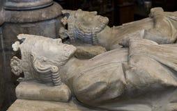 Tillbakalutad staty i basilika av St Denis, Frankrike Arkivfoto