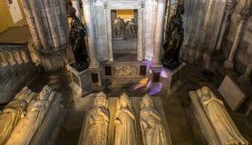 Tillbakalutade statyer i basilika av St Denis, Frankrike Royaltyfri Bild