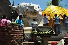 Tillbe Buddha i templet Royaltyfri Fotografi