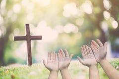 Tillbe gudbegrepp, gömma i handflatan öppna tomma händer för folk med upp fotografering för bildbyråer