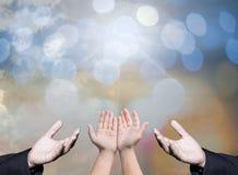 Tillbe gudbegrepp, gömma i handflatan öppna tomma händer för folk med upp royaltyfri bild
