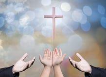 Tillbe gudbegrepp, gömma i handflatan öppna tomma händer för folk med upp arkivbild