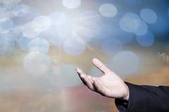 Tillbe gudbegrepp, gömma i handflatan öppna tomma händer för folk med upp arkivbilder