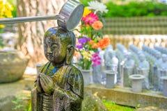 Tillbe på den Jizo statyn arkivfoton
