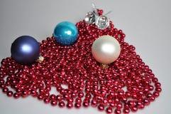 Tillbehör för att dekorera ett hus och en julgran för jul och nytt år arkivfoto