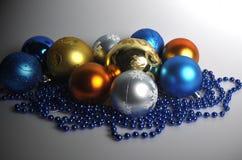 Tillbehör för att dekorera ett hus och en julgran för jul och nytt år royaltyfri foto