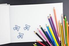 Tillbehör för att dra i skola, färgblyertspennor, anteckningsbok och p arkivbild