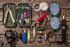 Tillbehör för att fiska på bakgrunden av trä Top beskådar Fotografering för Bildbyråer