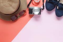 Tillbehör för bästa sikt för tabell av klädkvinnaplanet som reser Royaltyfria Foton